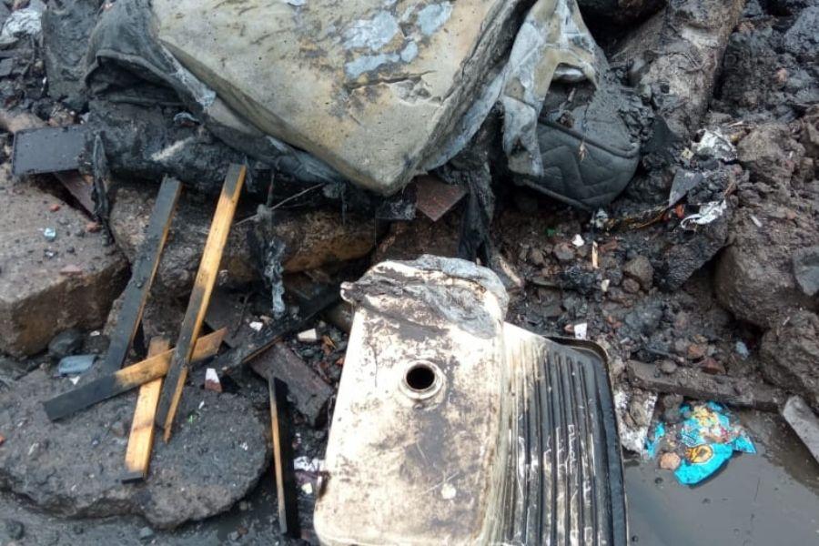 Janela, colchão e tanque encontrados em limpeza de galeria em Santos