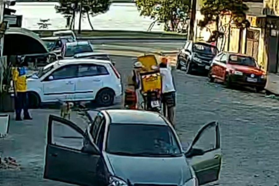 Trio rouba itens de moto dos Correios em São Vicente e câmeras flagram a ação; VÍDEO   Santa Portal