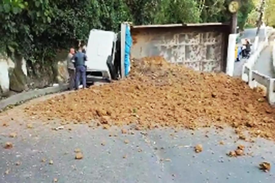 Caminhão tomba e espalha carga de areia pela pista do Morro da Nova Cintra; vídeo   Santa Portal
