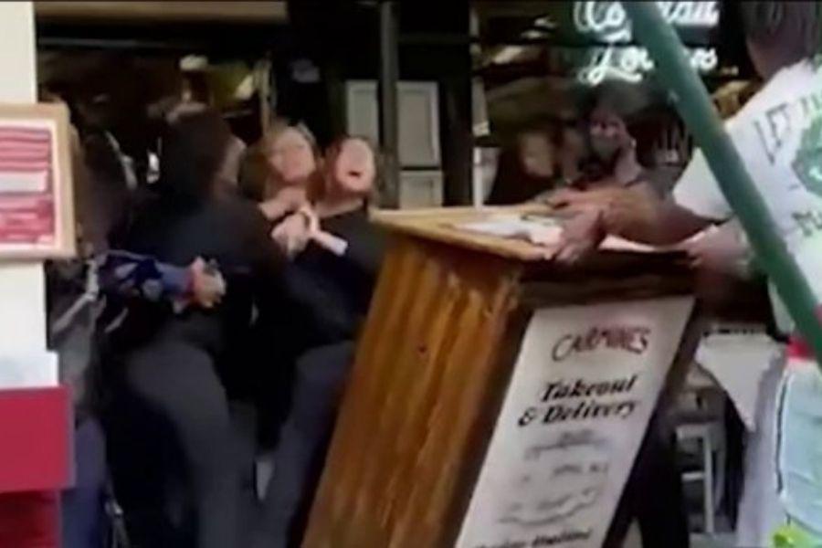 Turistas atacam funcionária de restaurante que pediu comprovante de vacinação em Nova York | Santa Portal
