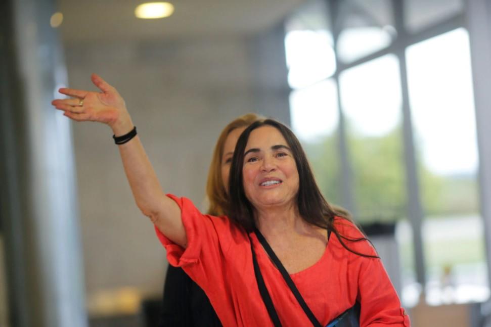 Regina Duarte lamenta críticas recebidas após homenagem a Caetano Veloso   Santa Portal