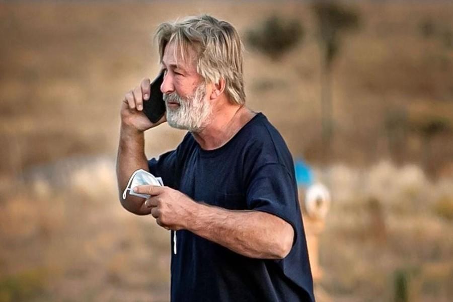 Alec Baldwin é visto aos prantos após matar diretora em set   Santa Portal